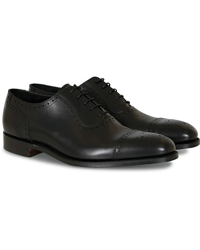 Loake 1880 Strand Brogue Black Calf i gruppen Design A / Sko / Brogues hos Care of Carl (10629811r)