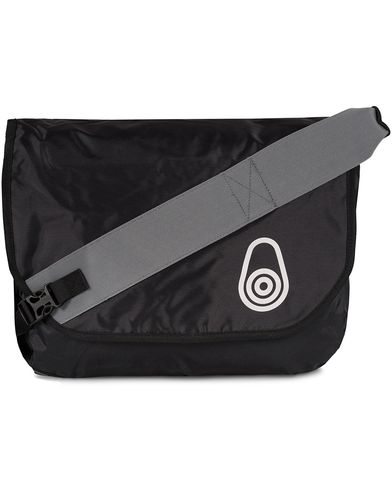 Sail Racing Fusion Messenger Bag Carbon  i gruppen V�skor / Axelv�skor hos Care of Carl (10720310)