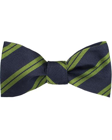 Amanda Christensen Stripe Self Tie Silk Navy/Green  i gruppen Accessoarer / Flugor hos Care of Carl (11012110)