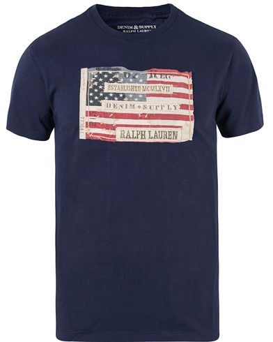 Denim & Supply Ralph Lauren Crew Neck Flag Tee Newport Navy i gruppen Klær / T-Shirts / Kortermede t-shirts hos Care of Carl (11222811r)