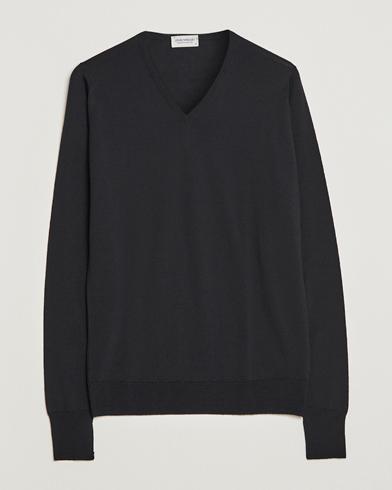 John Smedley Bobby Extra Fine Merino V-Neck Pullover Black i gruppen Tøj / Trøjer / Pullovere / Pullovers med  v-hals hos Care of Carl (11503211r)