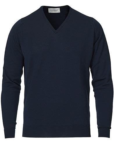 John Smedley Bobby Extra Fine Merino V-Neck Pullover Midnight i gruppen Gensere / Pullover / Pullovers v-hals hos Care of Carl (11503311r)