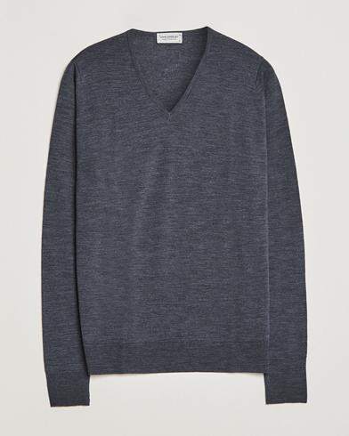 John Smedley Bobby Extra Fine Merino V-Neck Pullover Charcoal i gruppen Tröjor / Pullovers / V-ringade pullovers hos Care of Carl (11503411r)