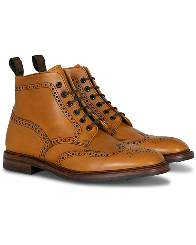 Loake 1880 Burford Dainite Brogue Boot Tan Burnished Calf i gruppen Sko / Støvler / Snørestøvler hos Care of Carl (11584111r)