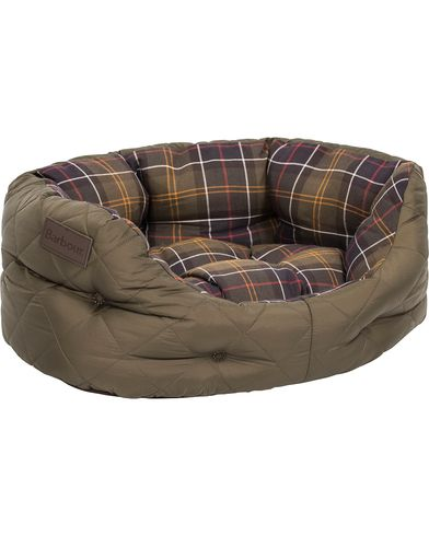 Barbour Heritage Quilted Dog Bed 18' Olive i gruppen Assesoarer / Livsstil / Til hunden hos Care of Carl (12020510)