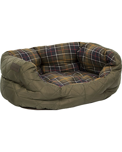 Barbour Heritage Quilted Dog Bed 24' Olive i gruppen Tilbehør / Livsstil / Til hunden hos Care of Carl (12020610)