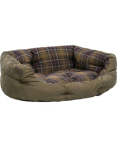 Barbour Heritage Quilted Dog Bed 30' Olive i gruppen Accessoarer / Livsstil / Till hunden hos Care of Carl (12020710)