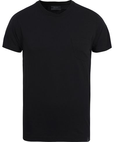 Belstaff Thom Pocket Tee Black i gruppen T-Shirts / Kort�rmad T-shirt hos Care of Carl (12408711r)