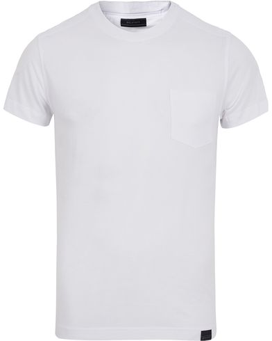 Belstaff Thom Pocket Tee White i gruppen T-Shirts / Kortermede t-shirts hos Care of Carl (12408811r)