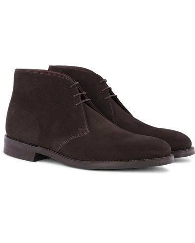 Loake 1880 Pimlico Chukka Boot Dark Brown Suede  i gruppen Skor / Kängor / Chukka boots hos Care of Carl (12653611r)