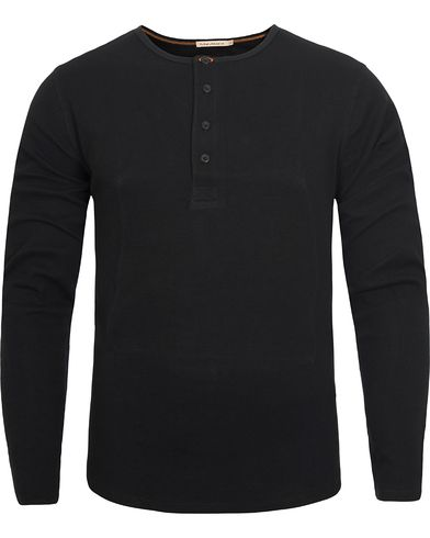 Nudie Jeans Long Sleeve Henley Rib Black i gruppen Gensere / Bestefartrøyer hos Care of Carl (12658811r)