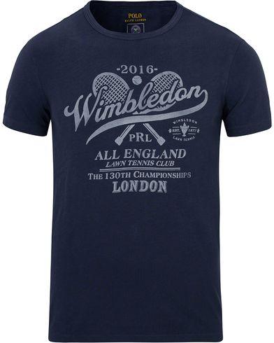 Polo Ralph Lauren Wimbledon Tee Dark Cobalt i gruppen T-Shirts / Kortermede t-shirts hos Care of Carl (12693311r)