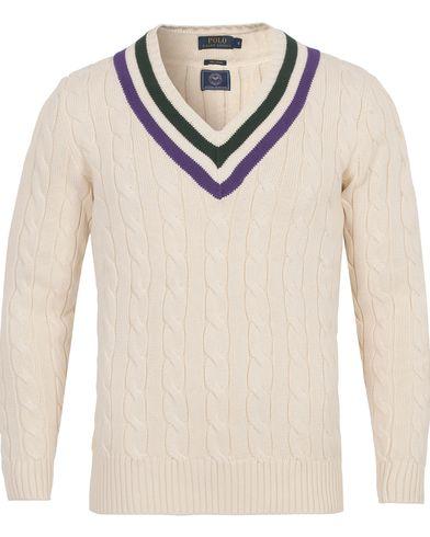 Polo Ralph Lauren Wimbledon Knitted Cable V-Neck Crickett Cream i gruppen Klær / Gensere / Strikkede gensere hos Care of Carl (12694611r)