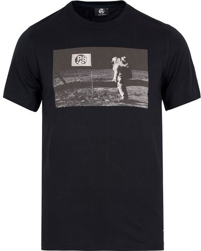 PS by Paul Smith PS On The Moon Tee Black i gruppen Klær / T-Shirts / Kortermede t-shirts hos Care of Carl (12727211r)