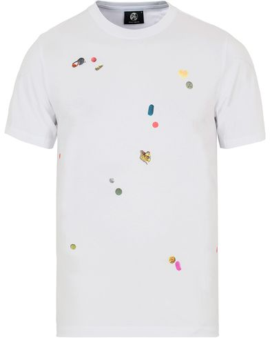 PS by Paul Smith Printed Pills Tee White i gruppen Kläder / T-Shirts / Kortärmade t-shirts hos Care of Carl (12727311r)