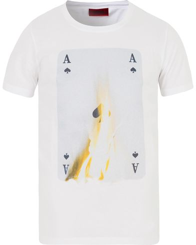 HUGO Doker Ace of Spades Tee White i gruppen Kläder / T-Shirts / Kortärmade t-shirts hos Care of Carl (13026811r)