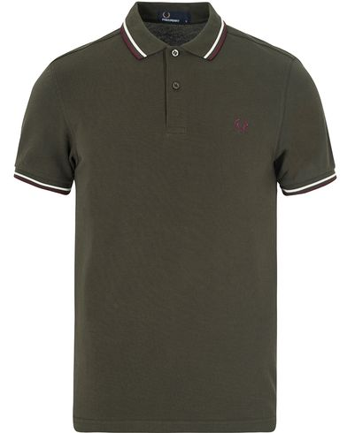 Fred Perry Slim Fit Polo Twin Tip Hunting Green i gruppen Design B / Kläder / Pikéer / Kortärmade pikéer hos Care of Carl (13063011r)