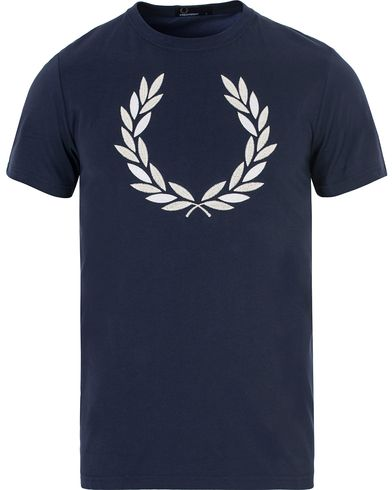 Fred Perry Logo Wreath Tee Carbon Blue i gruppen T-Shirts / Kortermede t-shirts hos Care of Carl (13064811r)