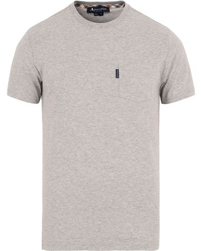 Aquascutum Cullen Crew Neck Pocket Tee Light Grey i gruppen Klær / T-Shirts / Kortermede t-shirts hos Care of Carl (13098211r)