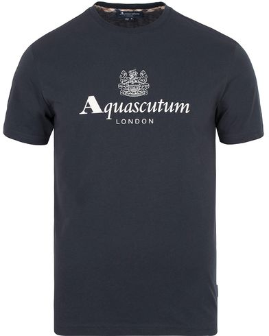 Aquascutum Griffin Crew Neck Logo Tee Navy i gruppen T-Shirts / Kort�rmad T-shirt hos Care of Carl (13098411r)