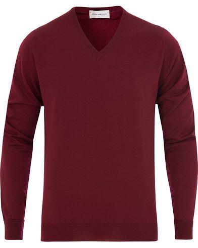 John Smedley Bobby Extra Fine Merino V-Neck Pullover Gardner Red i gruppen Gensere / Pullover / Pullovers v-hals hos Care of Carl (13142711r)