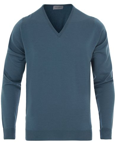John Smedley Bobby Extra Fine Merino V-Neck Pullover Brando Blue i gruppen Tr�jor / Pullover / Pullover V-ringad hos Care of Carl (13142911r)