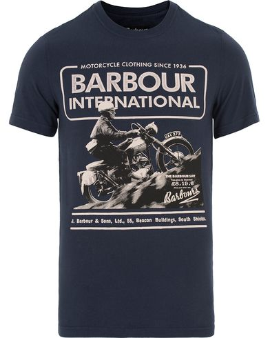 Barbour International Hill Climb Tee Navy i gruppen Klær / T-Shirts / Kortermede t-shirts hos Care of Carl (13145611r)