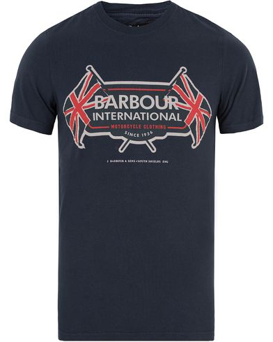 Barbour International Flags Tee Navy i gruppen Klær / T-Shirts / Kortermede t-shirts hos Care of Carl (13145711r)