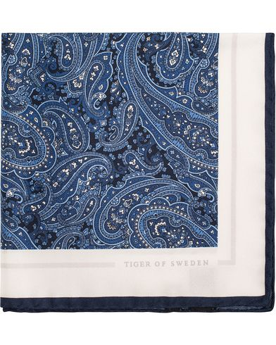 Tiger of Sweden Jaan Paisley Silk Pocket Square Navy  i gruppen Accessoarer / Näsdukar hos Care of Carl (13161210)