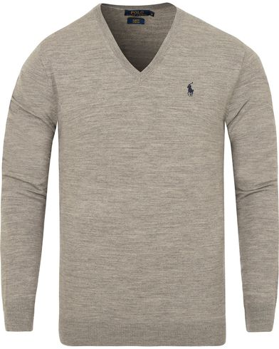 Polo Ralph Lauren Stretch Merino V-neck Pullover Fawn Grey Heather i gruppen Klær / Gensere / Pullover / Pullovers v-hals hos Care of Carl (13187011r)