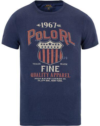 Polo Ralph Lauren USA Sheild Tee Rustic Navy i gruppen Kläder / T-Shirts / Kortärmade t-shirts hos Care of Carl (13206111r)