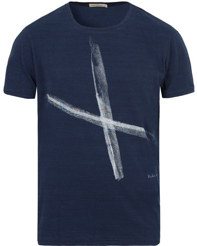 Nudie Jeans Ove Chalk Cross Tee Indigo i gruppen T-Shirts / Kort�rmad T-shirt hos Care of Carl (13217611r)