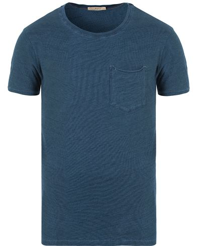 Nudie Jeans Ove Pocket Tee Washed Out Indigo i gruppen T-Shirts / Kort�rmad T-shirt hos Care of Carl (13217711r)