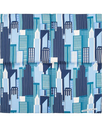 Turnbull & Asser City Scape Silk Handkerchief Multi Blue  i gruppen Assesoarer / Lommetørklær hos Care of Carl (13230210)