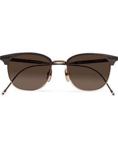Thom Browne TB-104 Sunglasses Black Iron/12 Carat Gold  i gruppen Design A / Solbriller / Buede solbriller hos Care of Carl (13248810)