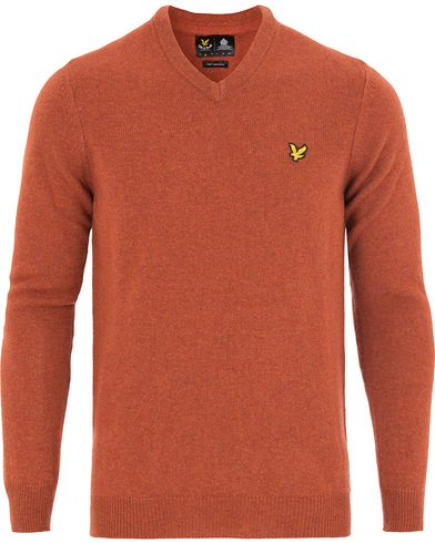 Lyle & Scott Lambswool V-Neck Pullover Burnt Redwood i gruppen Klær / Gensere / Pullover / Pullovers v-hals hos Care of Carl (13266011r)