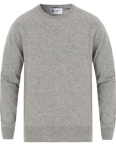 Johnstons of Elgin Cashmere Crew Neck Light Grey i gruppen Kläder / Tröjor / Pullovers / Rundhalsade pullovers hos Care of Carl (13270611r)