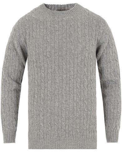 Johnstons of Elgin Cashmere Cable Crew Neck Light Grey i gruppen Tröjor / Pullovers / Rundhalsade pullovers hos Care of Carl (13270911r)