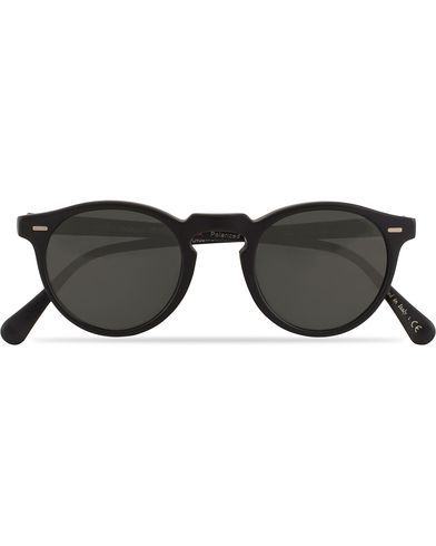 Oliver Peoples Gregory Peck Sunglasses Black/Midnight  i gruppen Assesoarer / Solbriller / Runde solbriller hos Care of Carl (13336310)