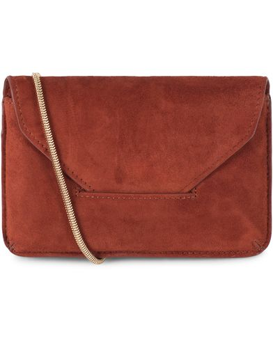 Filippa K Tyra Purse Dark Red Rust Suede  i gruppen Accessoarer hos Care of Carl (13337410)