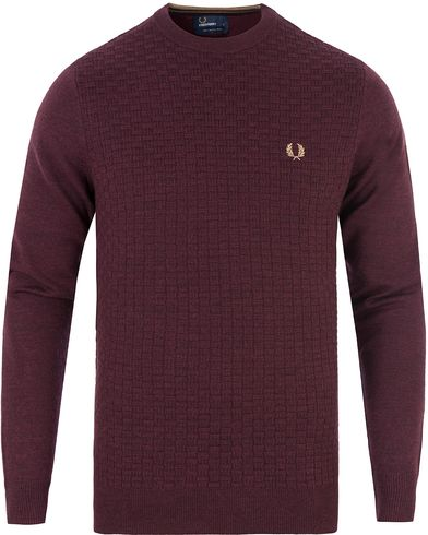 Fred Perry Oxford Texture Merino Crew Neck Port Red i gruppen Kläder / Tröjor / Stickade tröjor hos Care of Carl (13339211r)