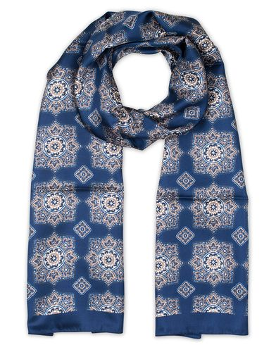 Eton Medallion Print Silk Scarves Blue  i gruppen Assesoarer / Scarves hos Care of Carl (13346910)