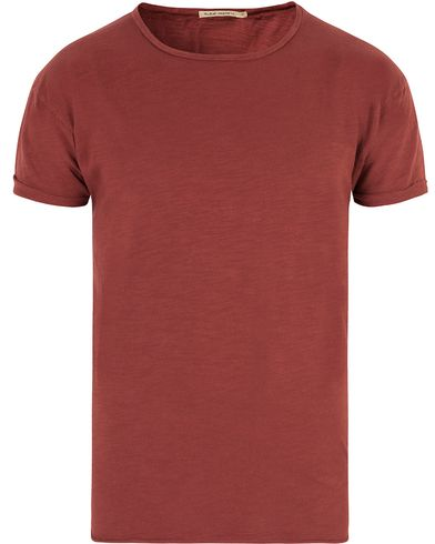 Nudie Jeans Roger Raw Hem Slub Falun Red i gruppen T-Shirts hos Care of Carl (13453211r)