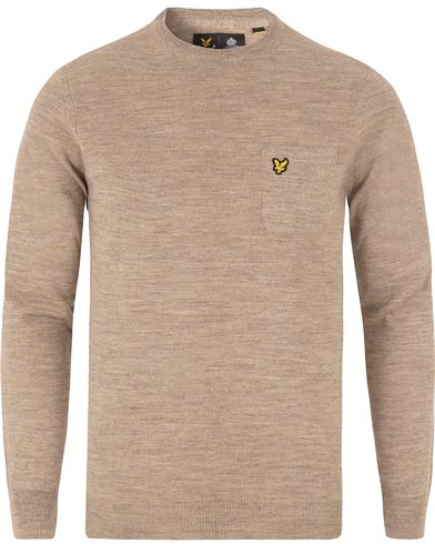 Lyle & Scott Pocket Detail Crew Neck Pullover Pebble Marl i gruppen Tröjor / Pullovers / Rundhalsade pullovers hos Care of Carl (13476411r)
