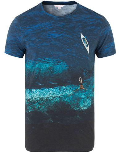 Orlebar Brown OB Crew Neck Tee Photographic Deep Sea i gruppen Kläder / T-Shirts / Kortärmade t-shirts hos Care of Carl (13500011r)