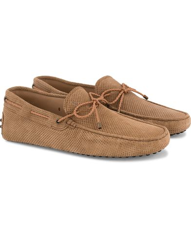 Tod's Laccetto Perforated Carshoe Light Brown Suede i gruppen Skor / Bilskor hos Care of Carl (13510511r)
