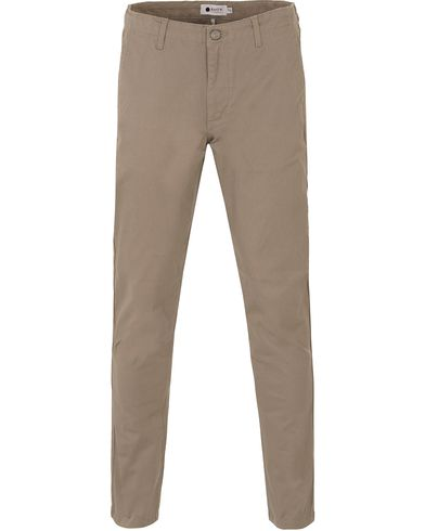 NN07 Simon Stretch Chinos Light Khaki i gruppen Kläder / Byxor / Chinos hos Care of Carl (13559011r)