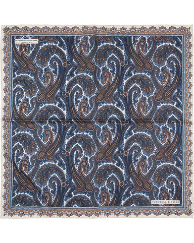 Turnbull & Asser Paisley Pocket Square Gold/Blue  i gruppen Accessoarer / Näsdukar hos Care of Carl (13659410)