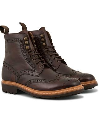 Grenson Fred Brogue Boot Commando Sole Brown Calf i gruppen Sko / Støvler / Snørestøvler hos Care of Carl (14258211r)