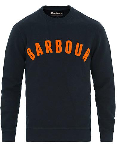 Barbour Lifestyle Prep Logo Crew Neck Sweatshirt Navy i gruppen Klær / Gensere / Sweatshirts hos Care of Carl (14694011r)